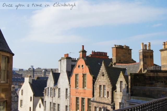 un-jour-se-lève-sur-la-ville-d'Edimbourg-Meyonie