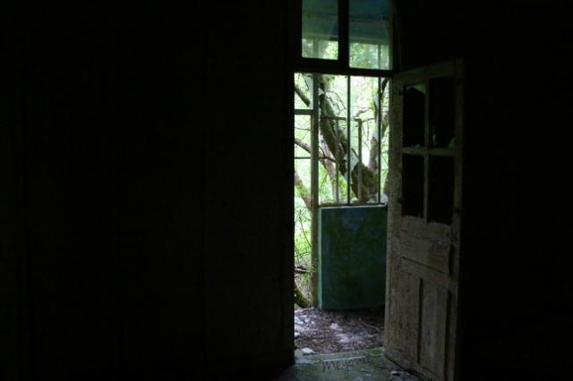 urbex-en-famille-maison-abandonnée-porte-sortie-meyonie