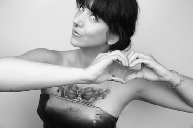meyonie-tatouee-coeur-avec-les-doigts-sailor-moon-tattoo-black-and-white